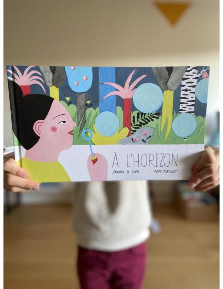 Livre A l'horizon ouvert mains enfants
